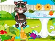 Кот Том убирается в саду